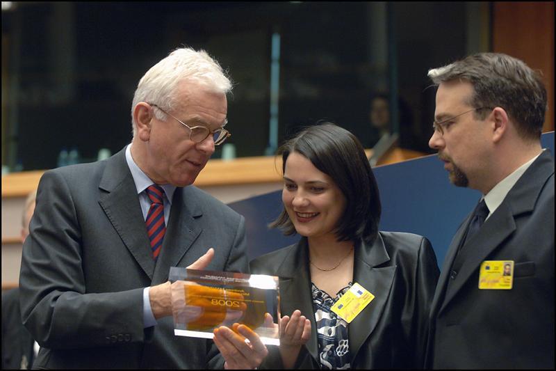 Presedintele Hans Gert Pöttering oferă premiul jurnaliştilor români Mircea Radu Lipovan şi Andreea Mânzat